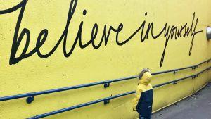 litet barn kollar på en vägg