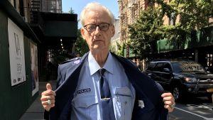 Bob Brutsché samlas polisuniformer och är Finlands-vän i New York