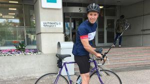 Daniel Olin står klar i full cykelmundering i Böle för att cykla 85 km till Karis.