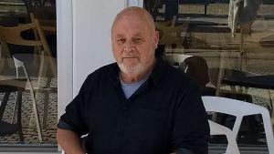 Författaren Robert Drewe framför ett café i Fremantle