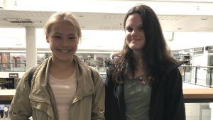 Amanda Forss och Janina Rådgård som står i Rewell Center.