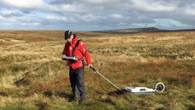 Forskaren Alastair Ruffell på ett fält i England.