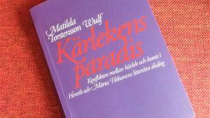 """Pärmen till Matilda Torstensson Wulfs avhandling """"Kärlekens paradis. Konflikten mellan kärlek och konst i Henrik och Märta Tikkanens litterära dialog."""""""