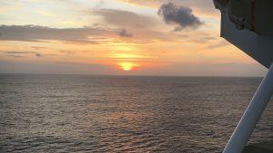 horisonten och havet sett från ett fraktfartyg.