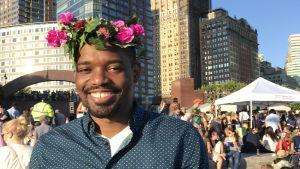 Midsommarfirande man med blomsterkrans i New York