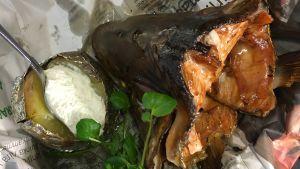 Portion med varmrökt laxhuvud