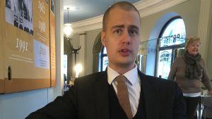 Statsvetare Ilmar Metsalo intervjuas.