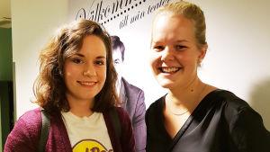 Linda Lundsten och Sofia Lindroos från Kimitoön var glada besökare på premiären av Pleppo två på Wasa Teater.