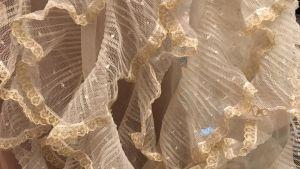 Ett tyg av tyll med volanger som dekoration.