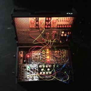 Muusikko Lau Naun modulaarisyntetisaattorilaukku