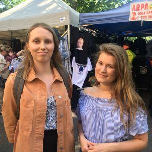 två åbostuderande i solskenet besöker internationella marknaden i åbo