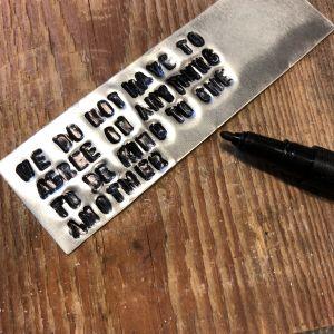 Alumiinilevy tekstillä mustettu tussilla