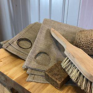Pellava pyyheet, saippupalan ja harja tuolilla