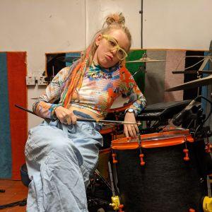 Trummisen Vicky O'Neon poserar i sin hemmastudio i London bredvid vid sitt trummset.