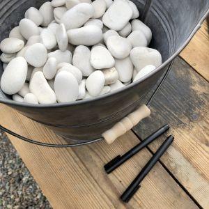 kivet sangossa pöydällä ja kahdet kynät