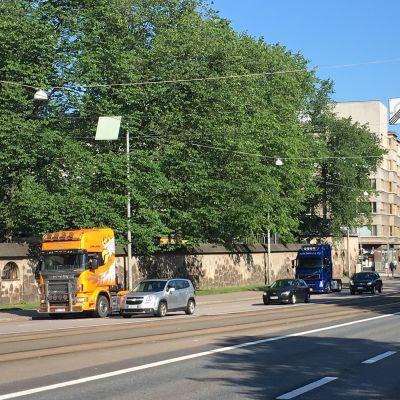 Lastbilar på rad på Mannerheimvägen i Helsingfors.