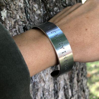 Stämpla namn och budskap på metall – gör egna smycken och skyltar   Hobby  och hantverk   svenska.yle.fi