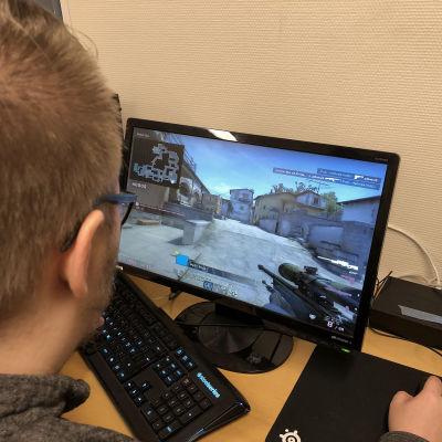Kuvassa pelataan tietokoneella CS:GO-peliä