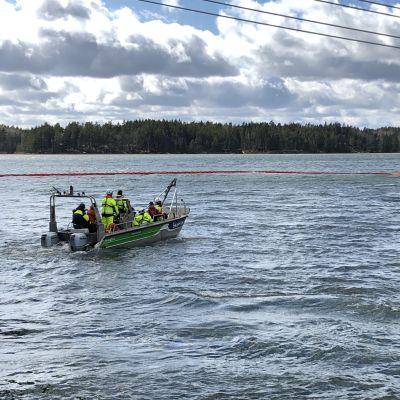 En båt vid ett avskärmat område under ett oljebekämpningsuppdrag.
