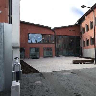 Tavastehus nya fängelse fotograferat utifrån så att fasaden syns.