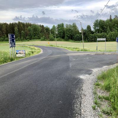Vägskälet till Raseborgs slottsruiner sommaren 2021.