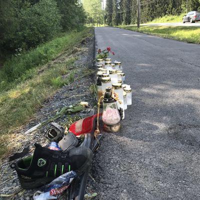 Kynttilöitä ja muita muistoesineitä Ylöjärvellä Kuruntiellä.
