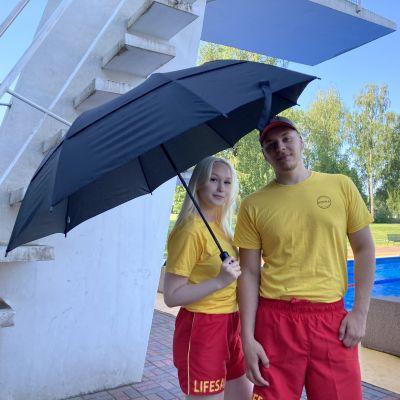 Uimavalvojat Janita Brunila ja Jan Marku Kotkassa Katariinan maauimalassa altaan vieressä.