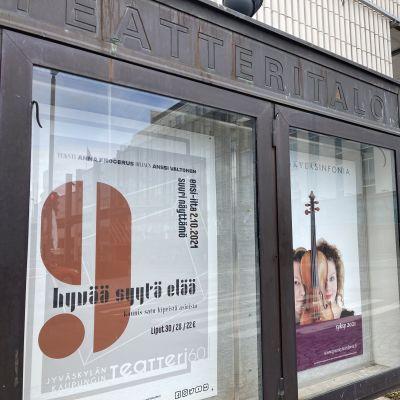 Kaksi mainosjulistetta syksyn 2021 esityksistä Jyväskylän kaupunginteatterissa.