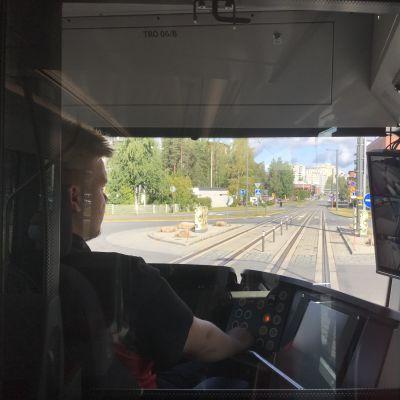 Näkymä ratikankuljettajan selän takaa raiteille