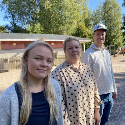 Från vänster: jenni Ikonen, lärare i småbarnsfostran, Yvonne Kivimäki, viceföreståndare vid daghemmet Aleksandra och Fredrik Bergsten, pappa med barn på dagiset Aleksandra.