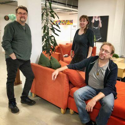 Kolme taiteilijaa, Sauli Iso-Lähteenmäki, Silja Merikallio ja Matti Kuronen Nansotalon yhteistilassa.