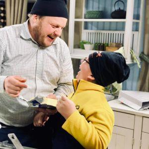 kocken Michael Björklund tillsammans med ett barn