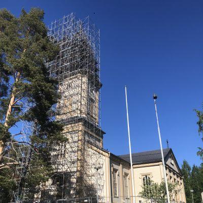 Sotkamon kirkon kellotapulin katon korjaus vaati kunnolliset telineet.