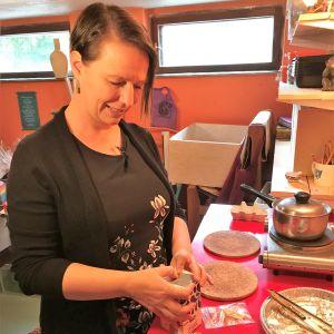 Nina Björkman stöper ljus.