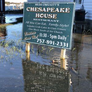 Översvämning runt restaurangskylt