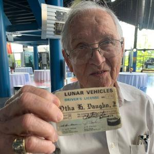 Otha Vaughan esittelee kuuauton ajokorttia.