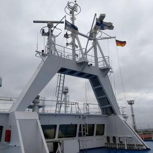 Exteriör på kommandobrygga med flaggor och radar.