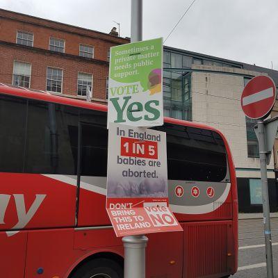 Politiskaa affischer för ja- och nej-sidan inför folkomröstningen om abort i Irland i maj 2018.
