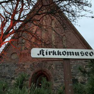 Mikkelin Kivisakasti Museoiden yön punertavassa valaistuksessa.