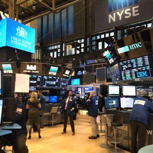 Börsmäklare vid sina bildskärmar i New York aktiebörs