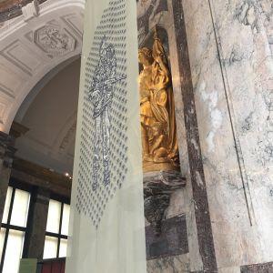 En staty med ett kolonialistiskt budskap har försetts med en slöja föreställande en belgisk soldat.