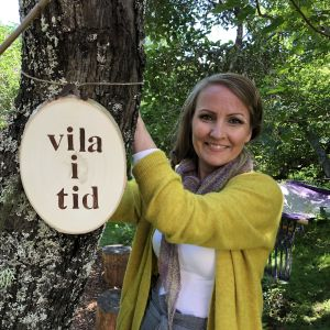 Lee Esselström kiinnittää taulun puuhun