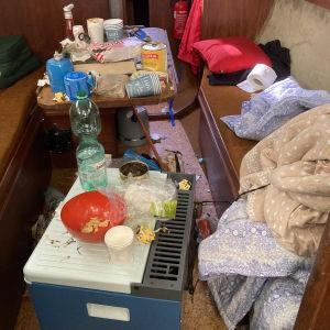 Veneessä sotkettu ja ruokai jätetty pöydälle