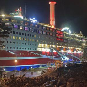 En lyftkran fast i Viking Grace som kört på grund nära Mariehamn.