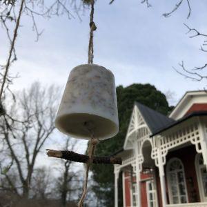 Fågelmat hänger framför Strömsövillan