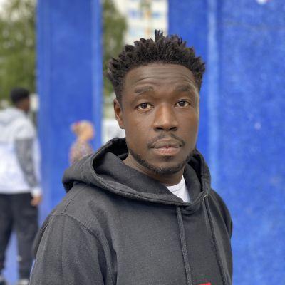 En närbild av en allvarsam svart man.