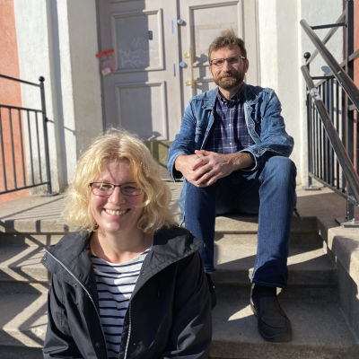 Mikaela Kokko och Jyrki Kaarila lotsar Nummela skola i Vichtis.