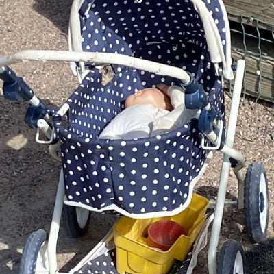Rekvisita på daghemmet Aleksandras gård, en barnvagn med en docka i.