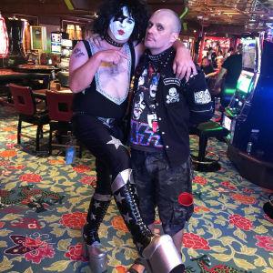 Kiss fans utklädd till Paul Stanley tillsammans med Lasse Grönroos i casinot på Kiss Kruise VIII 2018.