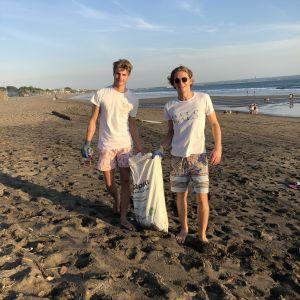 Robin Borgström och Sebastian Motelay röjer skräp på en strand på Bali.